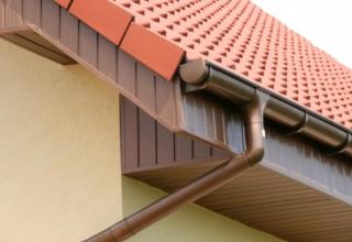 Система слива дождевой воды с крыши: конструктивные элементы, характеристики и особенности монтажа